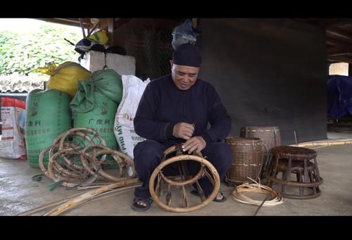 Nghệ nhân Vì Văn Chữ lưu giữ nét truyền thống qua chiếc ghế mây - ảnh 1