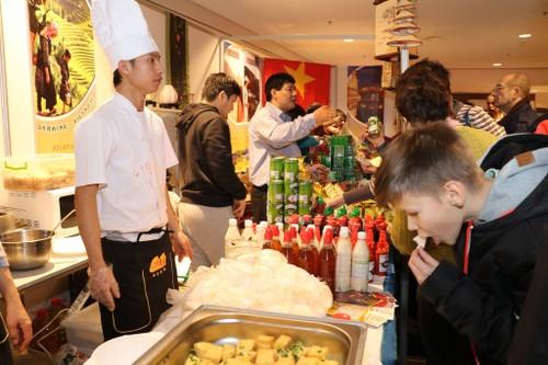"""Giới thiệu và quảng bá Việt Nam tại Hội chợ từ thiện """"CHARITY BAZAAR"""" lần thứ 25 tại Ukraine - ảnh 2"""
