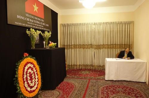 Đại sứ quán Việt Nam tại Bangladesh tổ chức mở Sổ tang và lễ viếng nguyên Chủ tịch nước Lê Đức Anh - ảnh 2