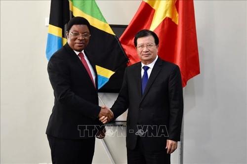 Phó Thủ tướng Trịnh Đình Dũng hội kiến Thủ tướng Cộng hòa Thống nhất Tanzania - ảnh 1