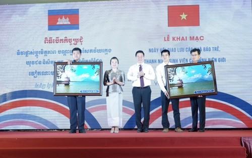 Khai mạc Ngày hội giao lưu các nhà báo trẻ, thanh niên, sinh viên các tỉnh biên giới Việt Nam - Campuchia  - ảnh 4