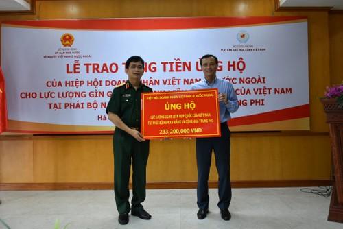 Lễ trao tặng tiền ủng hộ của Hiệp hội Doanh nhân Việt Nam ở nước ngoài cho Cục Gìn giữ Hòa bình Việt Nam - ảnh 1