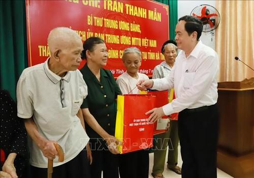 Chủ tịch Ủy ban Trung ương Mặt trận Tổ quốc Việt Nam tặng quà gia đình chính sách ở Hà Tĩnh - ảnh 1
