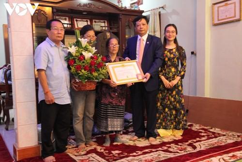 Lần đầu tiên một Việt kiều tại Lào được nhận Huy hiệu 70 năm tuổi Đảng - ảnh 1