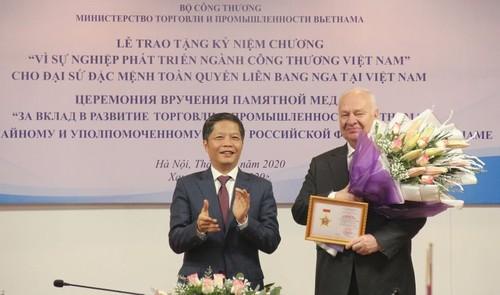 Trao Kỷ niệm chương cho Đại sứ đặc mệnh toàn quyền Liên bang Nga tại Việt Nam - ảnh 1
