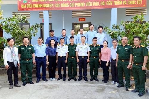 Đoàn Vùng 5 Hải Quân đến chúc Tết cán bộ chiến sỹ đảo Hòn Đốc, Hà Tiên - ảnh 2