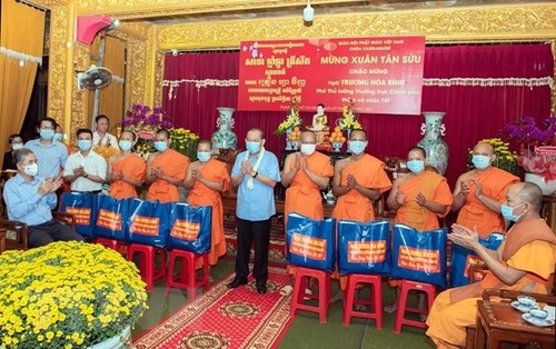 Phó Thủ tướng Thường trực Trương Hòa Bình tặng quà Tết cho đồng bào Khmer tại Thành phố Hồ Chí Minh - ảnh 1