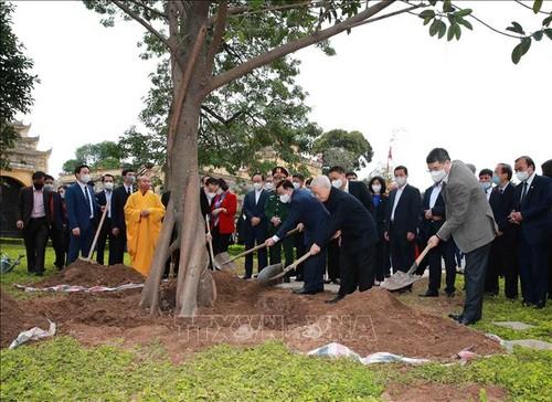 Tổng Bí thư, Chủ tịch nước Nguyễn Phú Trọng dâng hương và trồng cây tại Hoàng thành Thăng Long - ảnh 2
