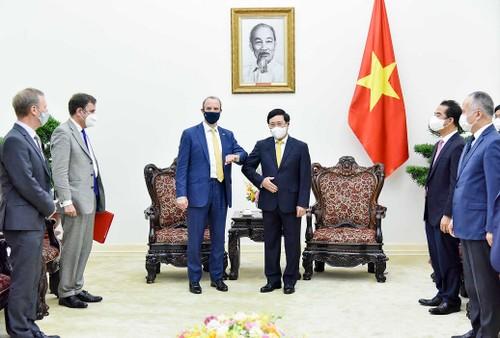 Phó Thủ tướng Chính phủ Phạm Bình Minh tiếp Bộ trưởng Ngoại giao và Phát triển Anh - ảnh 1