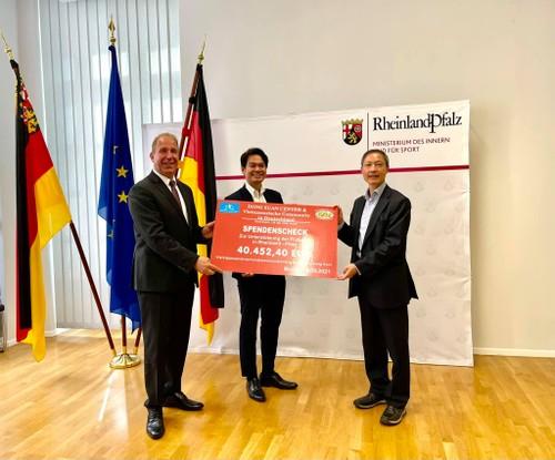 Trao tiền quyên góp ủng hộ người dân bị bão lụt vùng Tây Nam nước Đức - ảnh 1