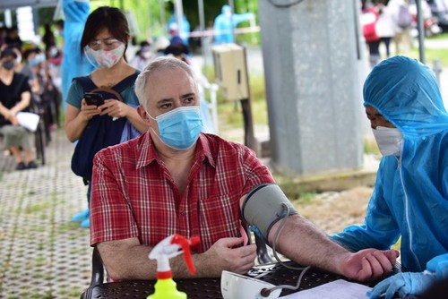 COVID-19 vaccination of expats accelerates in Vietnam - ảnh 1