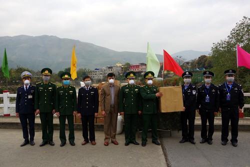 越南莱州省向中国防疫力量捐赠口罩和消毒酒精 - ảnh 1