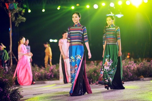 Vietnamese designers promote traditional long dress abroad - ảnh 3
