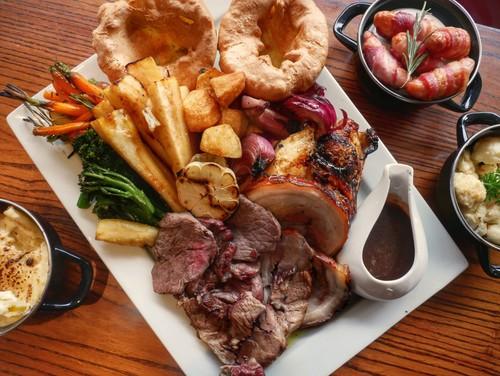 The Great British Sunday Roast - a classic national dish - ảnh 1
