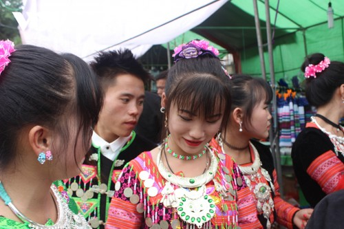 Mong ethnic embroidery, costume-making preserved in Son La province - ảnh 2