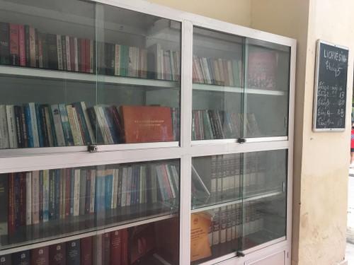 Cuando antiguas escaleras se convierten en un espacio de lectura - ảnh 2