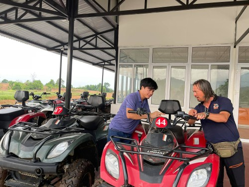 Driving all-terrain vehicles through the forests of Dong Mo - ảnh 2