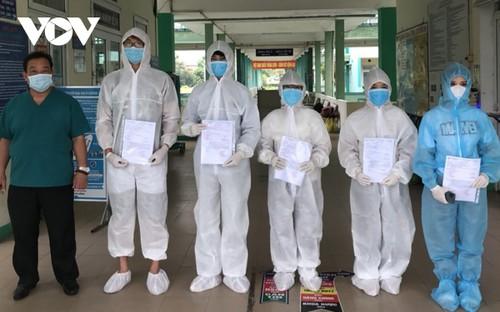 Fünf Covid-19-Patienten aus dem Krankenhaus für Lungenkrankheit Da Nang entlassen - ảnh 1