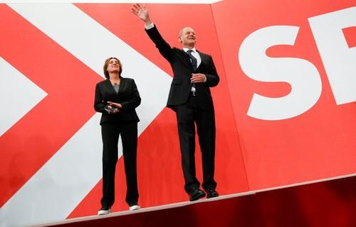 German Social Democrats beat conservatives in vote to decide Merkel successor - ảnh 1