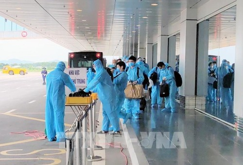 Vietnam suspende los vuelos desde países y territorios con la nueva cepa del virus SARS-CoV-2 - ảnh 1