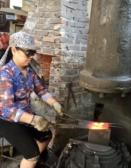La mujer que ha mantenido la herrería tradicional durante más de 40 años - ảnh 1