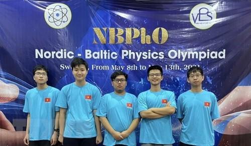 Quatre lycéens hanoiens primés aux Olympiades de physique des pays baltes et scandinaves - ảnh 1