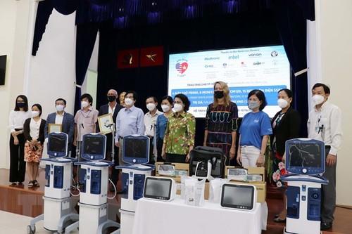 La Chambre de commerce américaine au Vietnam offre des équipements médicaux à Hô Chi Minh-ville - ảnh 1