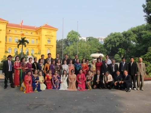 Đoàn cựu giáo viên kiều bào tại Thái Lan về thăm quê hương - ảnh 2