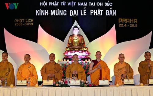 Bà con người Việt dự Đại lễ Phật đản 2019 long trọng tại Séc - ảnh 1