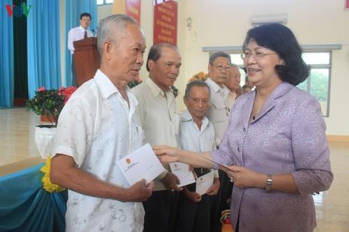 Phó Chủ tịch nước Đặng Thị Ngọc Thịnh thăm, tặng quà Tết ở tỉnh Tiền Giang - ảnh 1