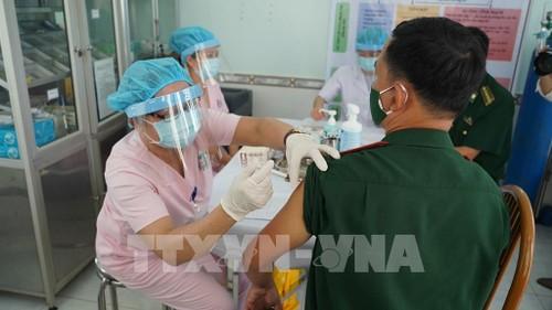 Covid-19: près de 107.000 personnes vaccinées au Vietnam - ảnh 1