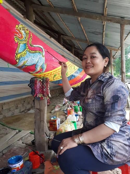 Gặp gỡ gia đình đam mê tranh vẽ tường và nghệ thuật điêu khắc hoa văn Khmer - ảnh 2