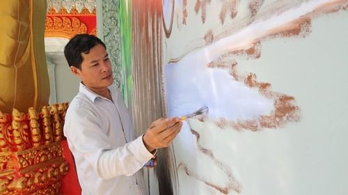Gặp gỡ gia đình đam mê tranh vẽ tường và nghệ thuật điêu khắc hoa văn Khmer - ảnh 1