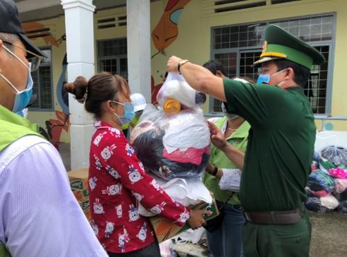 Đắk Lắk: Trao 1 tấn gạo cùng nhiều nhu yếu phẩm cho các hộ nghèo ở biên giới - ảnh 1
