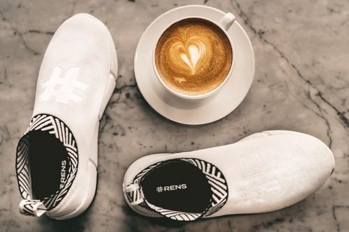 2 chàng trai Việt sản xuất giày từ bã cà phê được Forbes châu Âu vinh danh - ảnh 1