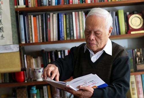 Giáo sư Phong Lê: Sách và văn hóa đọc nuôi dưỡng lòng nhân của con người - ảnh 1
