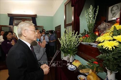 เลขาธิการใหญ่พรรค ประธานประเทศเหงวียนฟู้จ่องจุดธูปรำลึกถึงประธานโฮจิมินห์ - ảnh 1