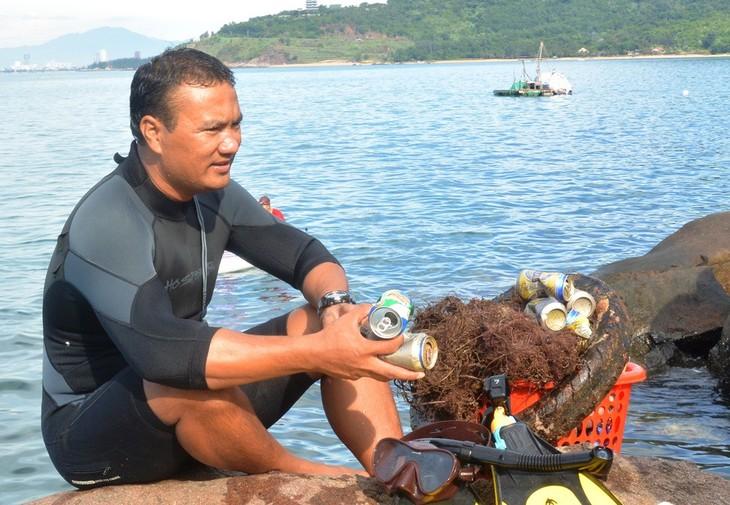 Dao Dang Cong Trung, director interesado en recoger basuras - ảnh 1