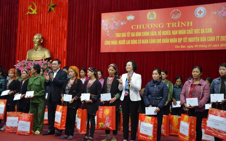 Vicepremier entrega presentes del Año Nuevo Lunar 2020 a personas necesitadas en zona norteña  - ảnh 1