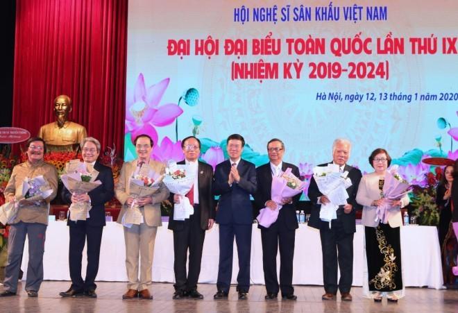 Vietnam honra aportes de artistas escénicos al desarrollo nacional - ảnh 1