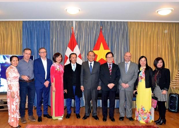Vicepremier vietnamita visita a compatriotas en Suiza en vísperas del Año Nuevo Lunar 2020 - ảnh 1