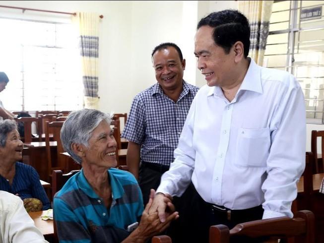 Altos dirigentes de Vietnam siguen con actividades de apoyo a compatriotas necesitados por el Tet 2020 - ảnh 1