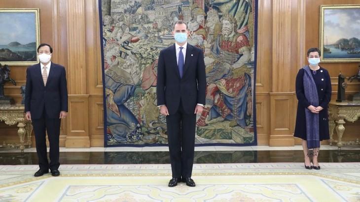 Rey español alaba logros de desarrollo de Vietnam  - ảnh 1