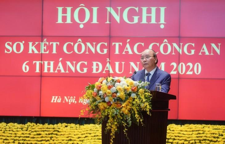 Premier vietnamita alaba los aportes de fuerzas de seguridad pública al control del covid-19 - ảnh 1