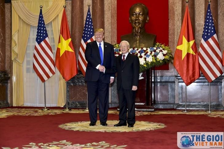 Dirigentes de Vietnam y Estados Unidos se felicitan por 25 años de relaciones diplomáticas - ảnh 1