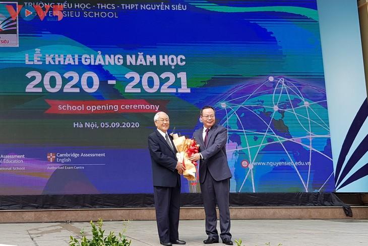 Alumnos vietnamitas comienzan el nuevo año escolar 2020-2021 - ảnh 1