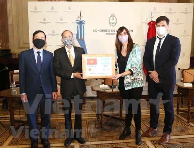 Vietnam apoya con suministros médicos a Argentina para combatir el covid-19 - ảnh 1