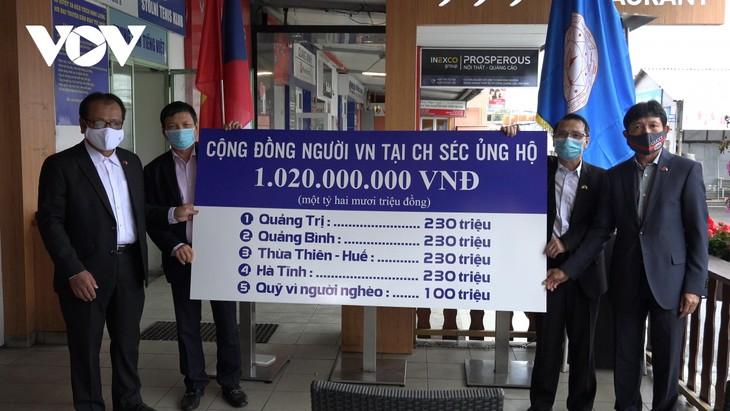 Vietnamitas en el extranjero unen manos para apoyar económicamente a víctimas de inundaciones en el país natal - ảnh 2