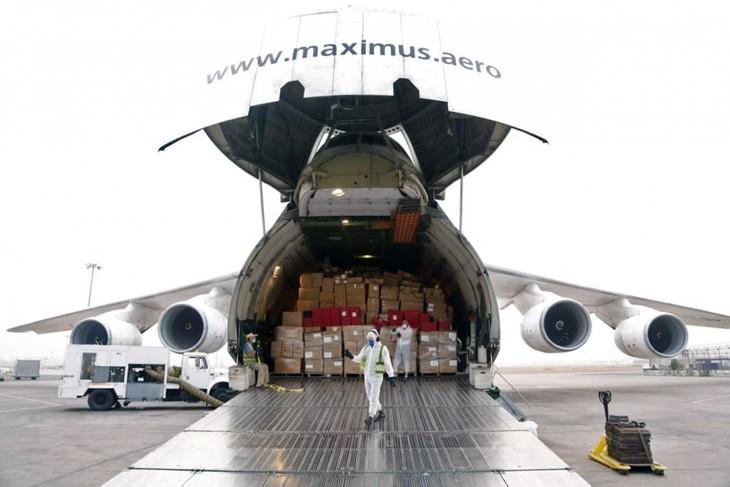 Más de 40 países envían suministros para ayudar a India superar la segunda ola de covid-19 - ảnh 1