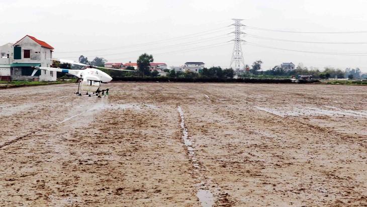 Aviones fumigadores no tripulados, una innovadora solución para la producción agrícola de Vietnam - ảnh 3